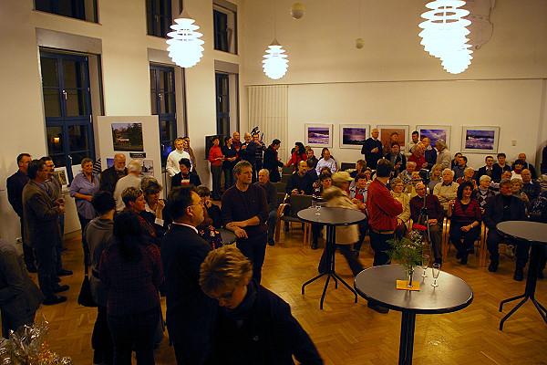 interessierte Zuhörer im Rathaussaal - Installation Algarve